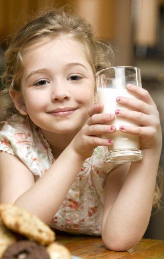 Fillette buvant du lait